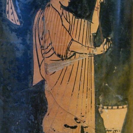 Femme filant à côté d'un kalathos